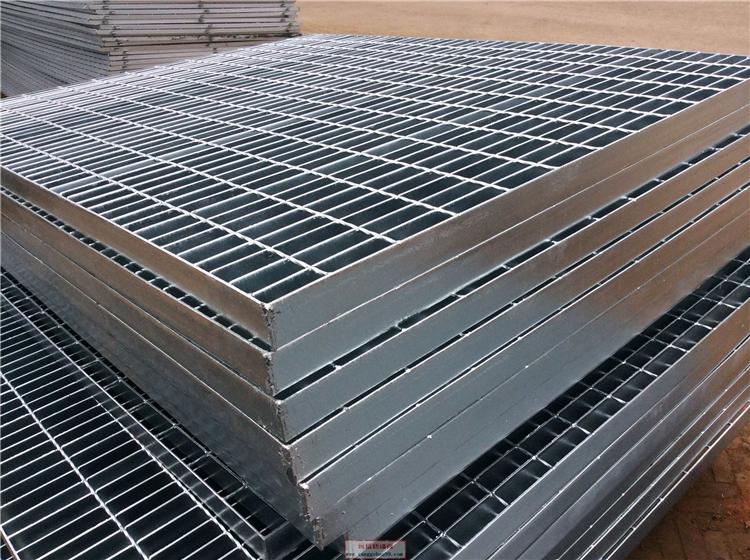 鋼格柵板? 防滑板               鋼格柵板根據所使用的材料,鋼格柵也可以稱為平臺鋼格柵,發電廠平臺鋼格柵和熱浸鍍鋅鋼格柵平臺。鋼格柵板是從美國傳過來的名稱中國人更