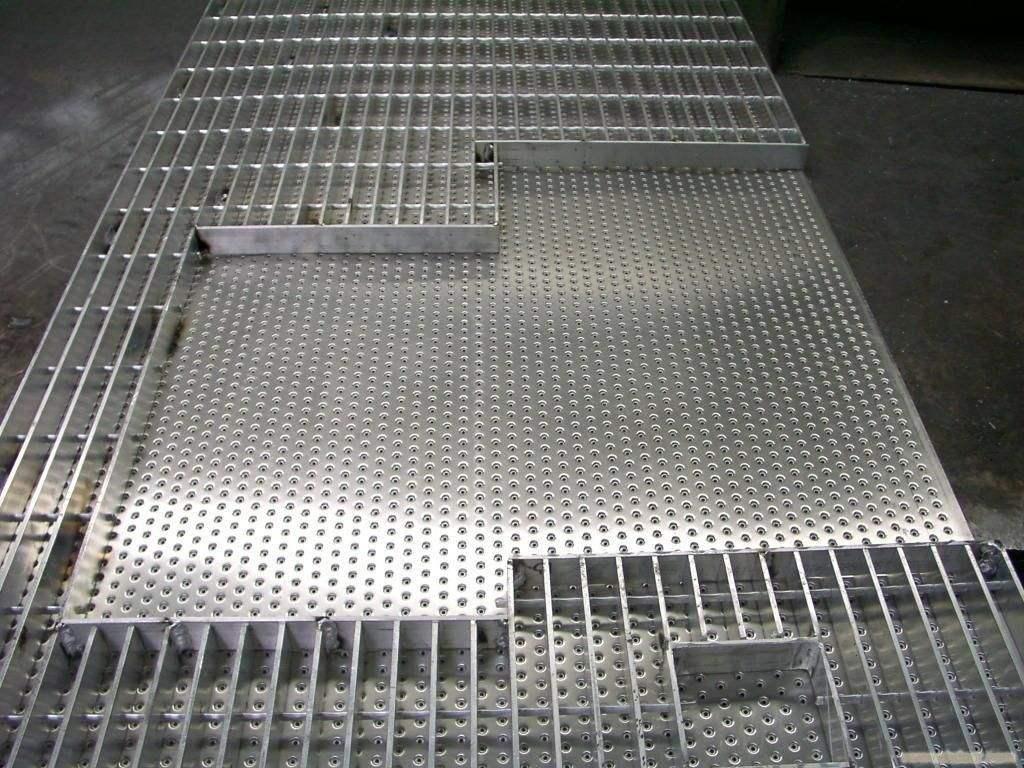 防滑板?防滑板也叫多孔板,防滑網,走道板。防滑板:通常根據不同的用途進行剪板折彎-焊接-成型(鐵板可作熱鍍鋅防銹處理)特點:具有防滑抗銹防腐的特點且堅固耐用外形美觀