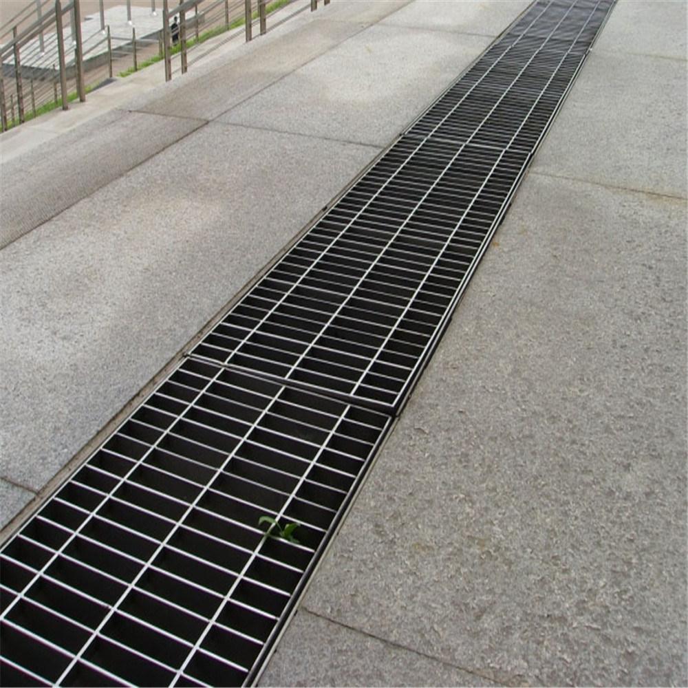 """水溝板,水溝板也被稱為""""溝蓋""""和""""沙蓋""""?!翱p制井蓋""""最初由水泥和鑄鐵制成,在正常使用中容易損壞,更換成本高。采用鋼格板焊接,施工安裝簡單,重量輕,承載能力強"""
