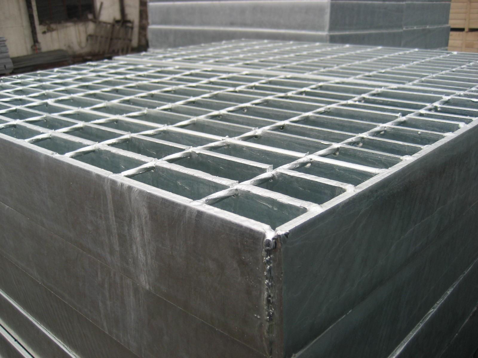 熱鍍鋅鋼格板?       熱鍍鋅鋼格是由橫向和縱向扁鋼或者橫桿或者縱條通過焊接而成的鋼格板,之所以叫熱鍍鋅鋼格板,是鋼格板的表面處理決定的。   鋼格板生產后,熱浸鍍鋅鋼格