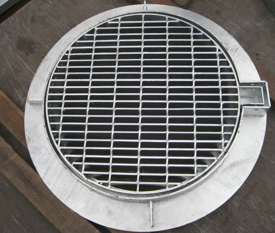 鋼格板鐵篦子現在是指馬路面上用于排水的小井的蓋,安放密度一般為每20~30m一個,規格尺寸一般為300×500×30mm(寬×長×厚),又稱水篦子,井篦子,水漏。鐵篦