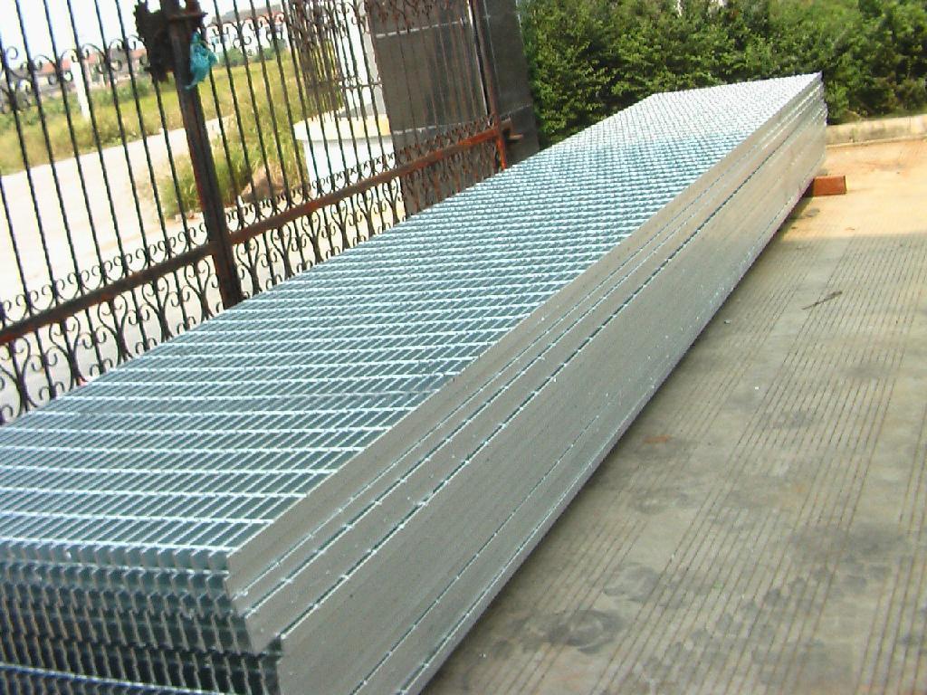 鍍鋅格柵板?鐵篦子鍍鋅鋼格柵板是由水平和垂直扁鋼或橫條或縱條焊接而成的鋼格柵。其原因稱為熱鍍鋅鋼光柵,這是由鋼光柵的表面處理決定的。鋼格柵生產后,熱鍍鋅鋼格柵板防