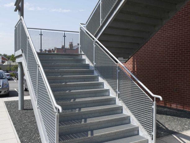 室外踏步擋土墻?室外踏步擋土墻順序,之后的工作步驟可以安排動手施工,在鋪設板材時,還應該注意從一樓開始向周圍結構蔓延,以這樣的方式安裝。固定鋼格板后,安裝板就不會固定