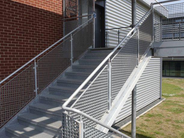 樓梯踏步板?防滑板樓梯踏步板焊接固定:ST1、ST3、ST5螺栓:ST2,ST4,ST6踏板的寬度通常在0.5到1米之間。胎面標記及公差ST4—(RA325/30)ST4踏面板模型,RA325/30鋼格柵模型胎面