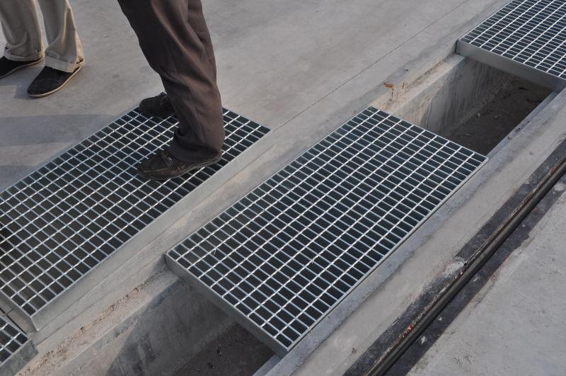 沈陽排水溝篦子?沈陽排水溝篦子,直接將螺釘頭梁焊接,不會保證鋼格柵板可拆卸地安裝夾不會從梁上滑落。安平][金耀杰鋼廠專業生產鋼格板、格柵板、鋼格板、鍍鋅鋼格板、熱鍍鋅鋼